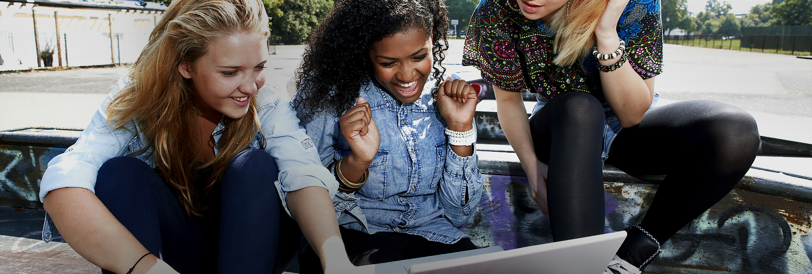 10대 소녀들이 노트북 화면을 보고 흥분을 감추지 못하는 이미지입니다.