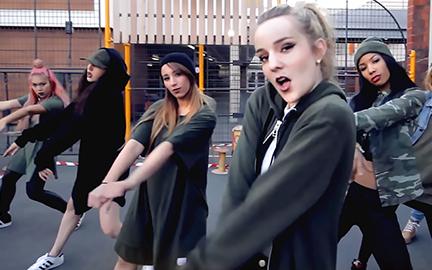 K-Music 안무를 커버하는 프랑스 댄스 크루 RISIN'' CREW의 퍼포먼스 이미지입니다.