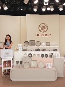 대만 동삼홈쇼핑 '오덴세' 방송녹화현장에서 오덴세 아틀리에 노드 제품을 설명하고 있는 쇼호스트 이미지
