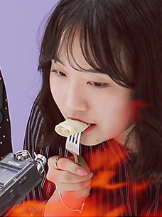 고메 새우 스프링롤을 먹고 있는 CJ 비비고, 백설, 고메 만두 BM 권승희 님