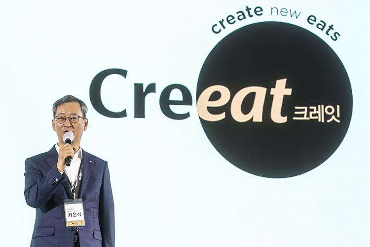 CJ제일제당 최은석대표가 지난 28일 온오프라인으로 개최된 B2B 사업 비전 선포식에서 프리미엄 B2B 전문 브랜드 크레잇과 CJ제일제당 B2B 사업의 비전에 대해 소개하고 있다