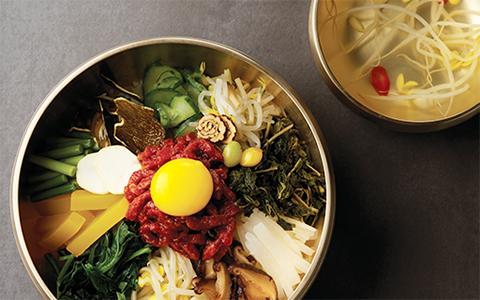 비빔밥과 콩나물국이 있는 사진입니다.