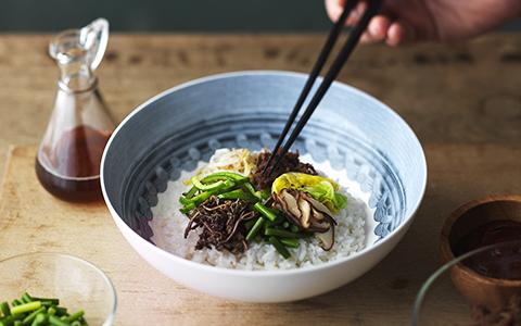 정갈하게 놓인 비빔밥의 모습입니다.