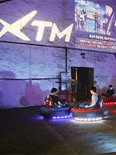 XTM 맥시마이트에서 범버카를 이용하는 사람들의 모습입니다