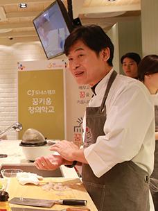 이연복 셰프가 청소년을 대상으로 중식 요리를 가르치는 모습