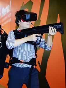 신개념 체감 VR ''노마딕'' 체험하는 남성 이미지