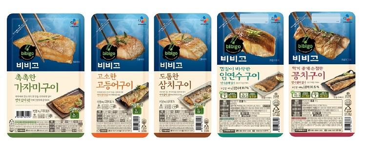 CJ제일제당 비비고 생선구이 5종 제품 모습으로 왼쪽부터 가자미구이, 고등어구이, 삼치구이, 임연수구이, 꽁치구이 순으로 놓여져있다.