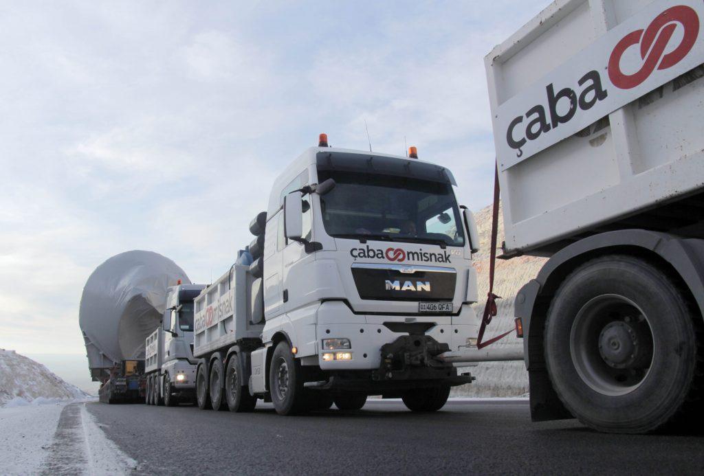"CJ大韩通运在2018年执行的超重型成套设备器材项目物流。驶向乌兹别克斯坦的重型运输车辆正在攀登哈萨克斯坦曼格斯套(Mangystau)地区的马纳塔山(Manata hill)。为了爬上倾角为8°的山坡,采用了""动力链""技术在装载重型货物的模块运输车前后连接输出若干辆500马力以上功率的特殊牵引车。"