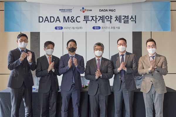 Media commerce subsidiary DADA M&C founded by CJ O Shopping attracted an investment of 21 billion KRW by signing a subscription agreement for new stocks with Mirae Asset Global Investments. From the left: Mirae Asset Global Investments Managing Director Ahn Seong-Ho, Managing Director Bae Joong-gyu, PEF1 President Ahn Sung-woo, CJ ENM Commerce Division CEO Heo Min Ho, DADA M&C CEO Seo Seungwon, and CJ Group Vice President Lee Seung-Hwa