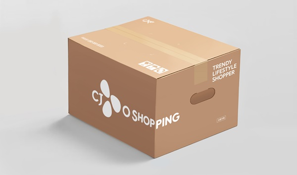 CJ O Shopping, the leader of green management, which has been the first in the home shopping industry to use eco-friendly packaging materials, is now also adopting boxes with hand holes for another first in home shopping, thereby expanding its ESG management. The image shows CJ O Shopping's delivery boxes with hand holes.