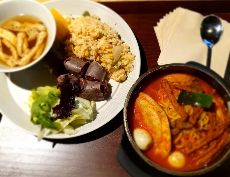 지난달 30일 CJ프레시웨이가 서울 상암사옥 내 위치한 프리미엄 급식 '그린테리아'에서 모범떡볶이를 활용한 특식을 선보인 모습으로 테이블 위 접시에는 볶음밥과 순대, 야채가 담겨있고, 뚝배기에는 모범떡볶이가 담겨져 있다.