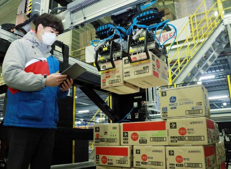 CJ物流在业界率先普及使用能自动移动非固定规格箱子的