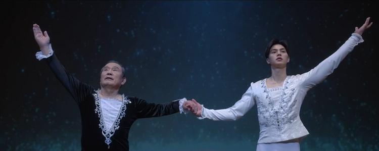 tvN 월화드라마 '나빌레라' 주요 장면으로 발레복을 입고 무대에 선 박인환, 송강이 두손을 맞잡고 안무를 하고 있다.