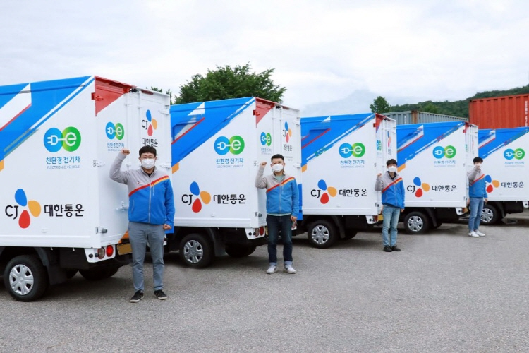 CJ Logistics delivery drivers can be seen posing in front of the electric delivery vehicles.