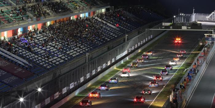 지난 2019년 인제스피디움에서 열렀던 나이트 레이스 당시, 슈퍼 6000 클래스 결승전에 출전한 차량들이 레이스의 시작을 기다리고 있다.