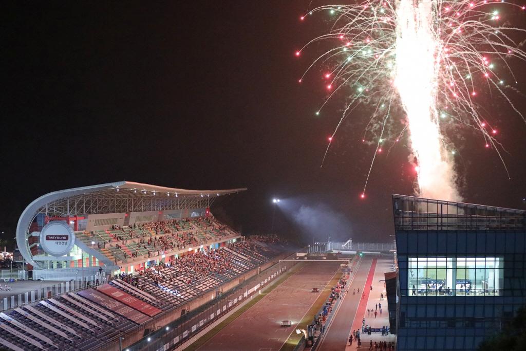 지난 2019년 인제스피디움에서 열렸던 나이트 레이스 당시 슈퍼 6000 클래스 결승전 종료와 함께 불꽃놀이가 시작되고 있다.