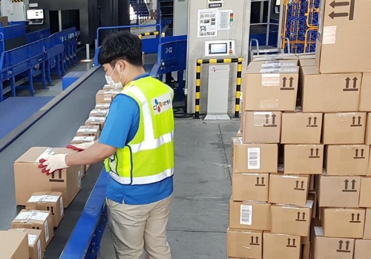 인천국제공항 자유무역단지에 위치한 해외직구 화물 전담센터인 CJ대한통운 ICC센터에서 해외직구 화물의 발송준비 작업이 진행되고 있다