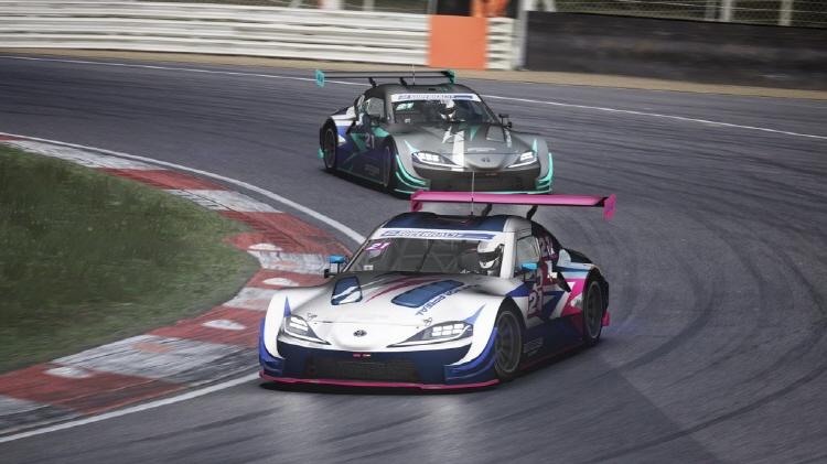 2021 삼성화재 e슈퍼레이스 챔피언십 머신의 경기 주행 장면 모습으로, CG로 구현된 레이싱 경기장에서 경주용 자동차가 코너링을 돌고 있다.
