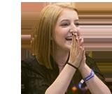 KCON을 보며 웃고 있는 외국소녀 모습